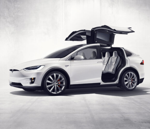 Tesla Model X, weiss, Front, offene Flügeltüren (Falcon Wings)