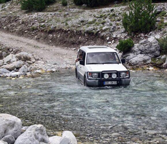 Albanien Hobo Teil 1_die Ortszufahrt im Herbst