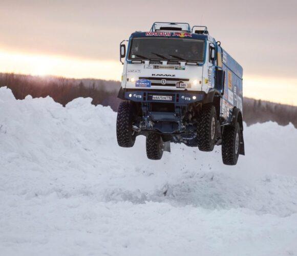 Kamaz-Truck im Tiefschnee